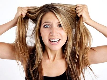 como tirar mancha cabelo loiro em casa